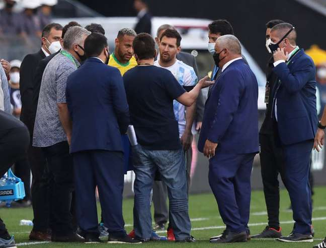 Lionel Messi e Neymar durante interrupção de jogo entre Brasil e Argentina em São Paulo 05/09/2021 REUTERS/Amanda Perobelli