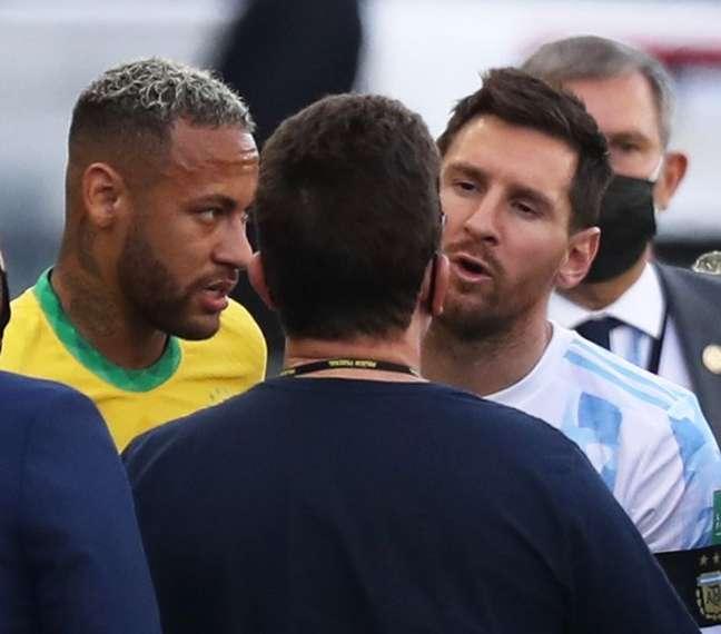 Messi e Neymar durante interrupção de Brasil x Argentina pela Anvisa em São Paulo 05/09/2021 REUTERS/Amanda Perobelli