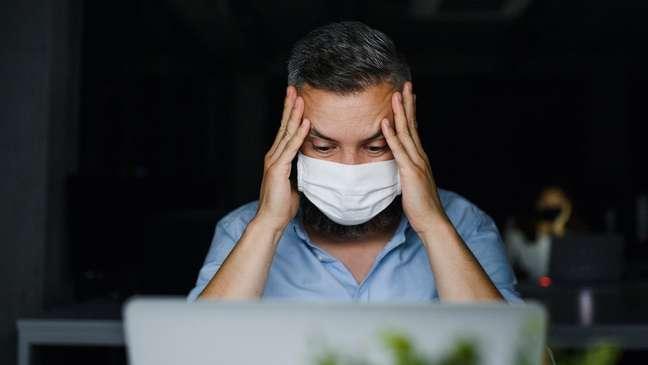 Os sintomas de covid prolongada podem se manifestar mesmo que a pessoa não tenha sofrido uma forma grave da doença