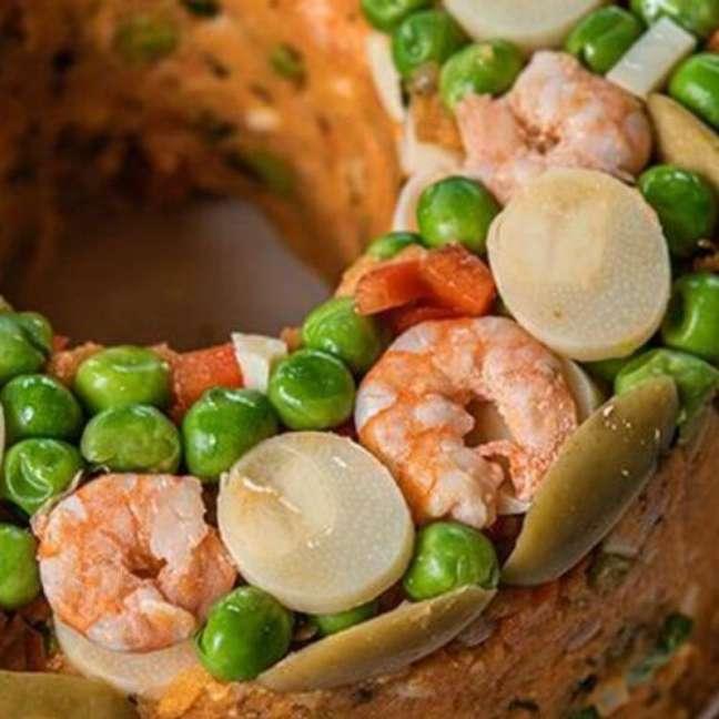 Aprenda como fazer cuscuz paulista de camarão.