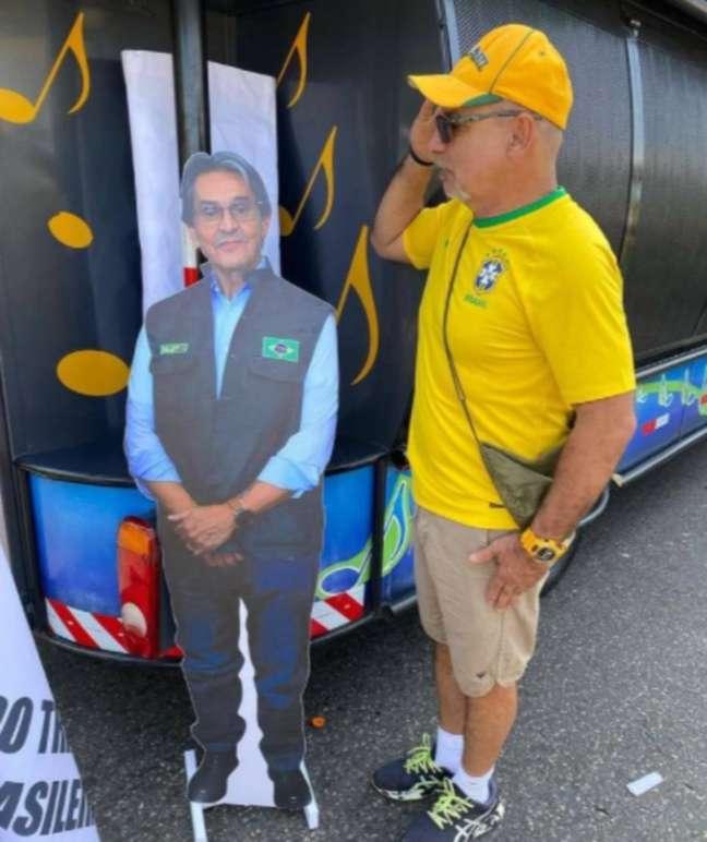 Ex-assessor da família Bolsonaro, Fabrício Queiroz, presta continência para um boneco de Roberto Jefferson.