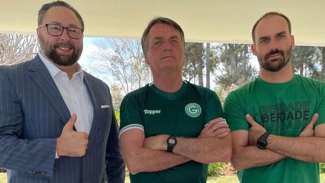 Jason Miller, Jair Bolsonaro e Eduardo Bolsonaro em Brasília