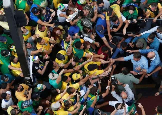 Presidente Jair Bolsonaro cumprimenta apoiadores durante ato em São Paulo 07/09/2021 REUTERS/Amanda Perobelli