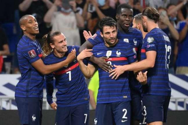 Griezmann é festejado ao marcar dois gols franceses nesta terça-feira pelas Eliminatórias (Foto: FRANCK FIFE / AFP)