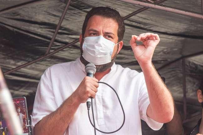 Guilherme Boulos discursa durante manifestação contra Jair Bolsonaro