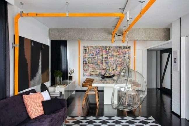 4. Decoração estilo industrial para sala de estar e jantar integrada com balanço suspenso – Foto: Round Square