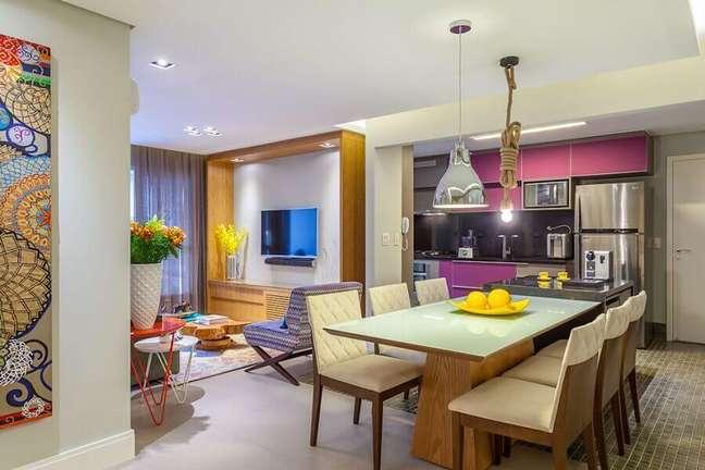 37. Decoração de sala de estar e jantar integradas com luminárias diferentes – Foto: 27 Arquitetura