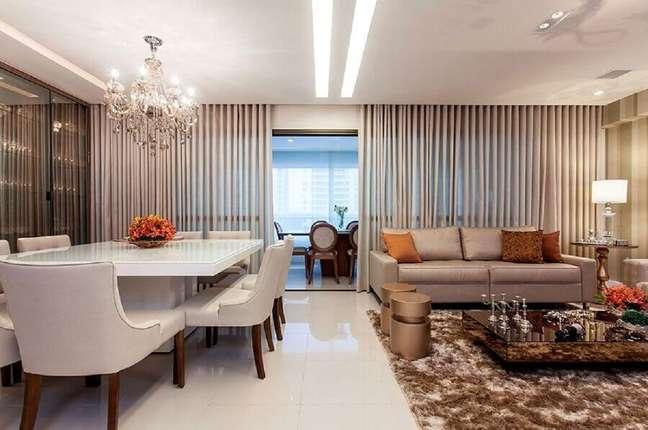6. Lustre de cristal e tapete felpudo para decoração de sala de jantar e estar integradas – Foto: Arlux Cortinas e Persianas