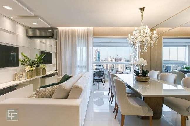 32. Decoração sofisticada com lustre de cristal para sala de estar e jantar integrada – Foto: Elayne Felix Interiores