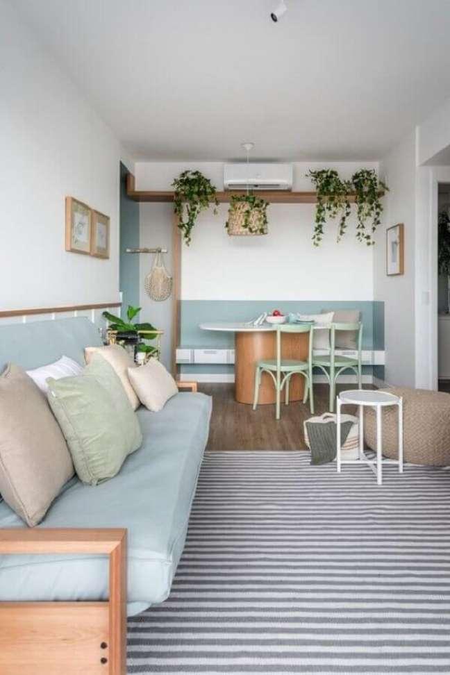 12. Decoração azul e branco para sala de estar e jantar integrada com meia parede pintada e tapete listrado – Foto: Elen Saravalli