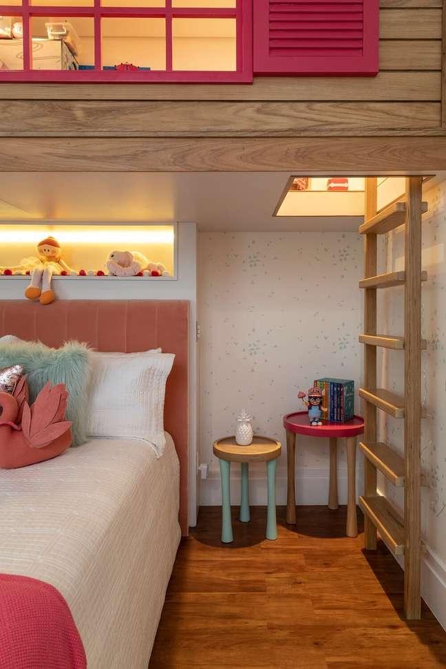 5. A escada de madeira dá acesso para a casinha. Projeto de Marta Calasans