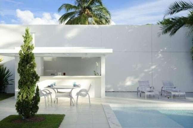 56. Área externa com edícula simples com piscina. Fonte: Dantas Bento