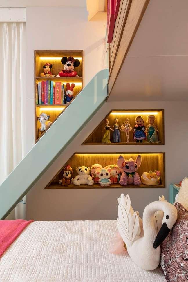 4. Nichos iluminados expõem brinquedos da menina. Projeto de Marta Calasans