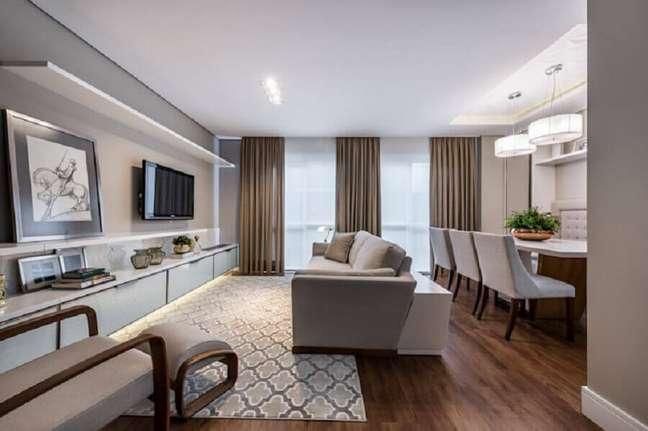 60. Tons de cinza para decoração de sala de estar e jantar integrada com luminária redonda – Foto: Treez Arquitetura + Engenharia
