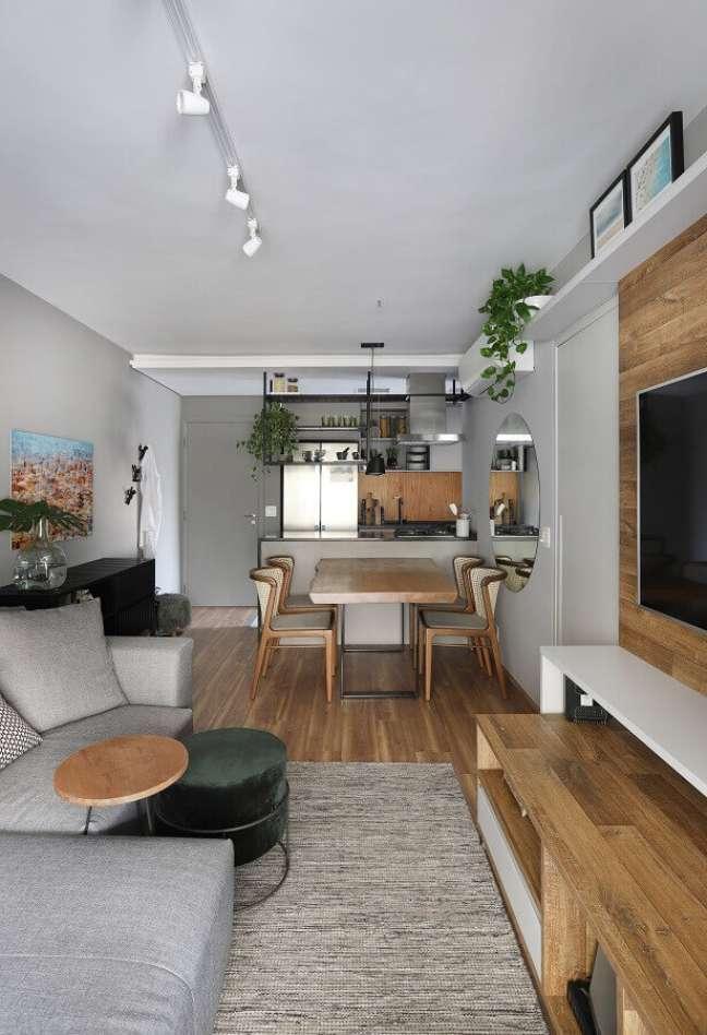 27. Decoração estilo industrial para sala de estar e jantar integradas pequenas – Foto: Vanessa Piccoli Arquitetura + Interiores