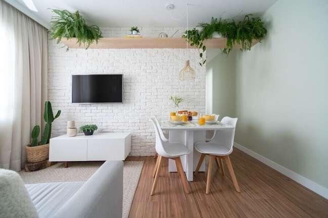 24. Decoração de sala de estar e jantar integradas pequenas com parede tijolinho branca – Foto: Studio Canto
