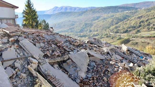 Um morador de L'Aquila viu as luzes duas horas antes do sismo e levou sua família para um local seguro