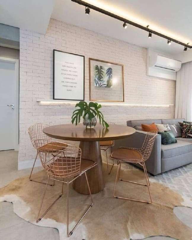57. Tapete de couro para sala de estar e jantar integradas decoradas com parede de tijolinho branco – Foto: Natalia de Bona Arquitetura