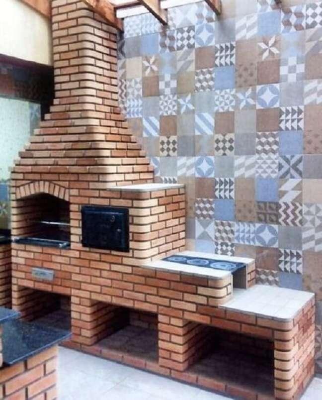 43. Churrasqueira de tijolinho e parede de ladrilhos hidráulicos decoram a edícula simples. Fonte: Decorei