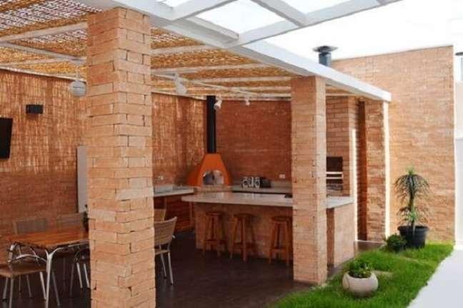 17. Projeto de edícula pequena e simples revestida com parede de tijolinho. Fonte: Faz Fácil