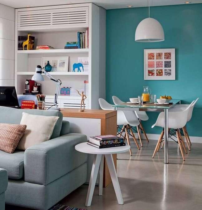 2. Decoração azul e branco para sala de estar e jantar integrada – Foto: Marina Carvalho