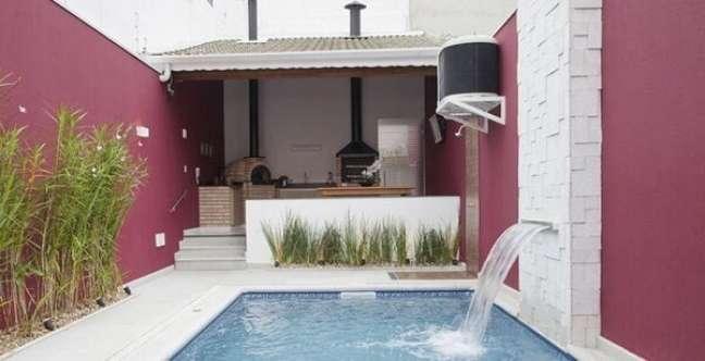 53. Área de lazer pequena com edícula simples e piscina. Fonte: Dicas Decor