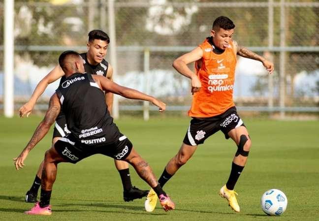 Adson fez uma parte do treinamento com o restante do grupo nesta quarta-feira (Foto: Rodrigo Coca/Ag. Corinthians)