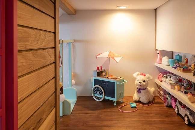 6. Dentro da casinha é possível encontrar mais brinquedos da pequena moradora. Projeto de Marta Calasans