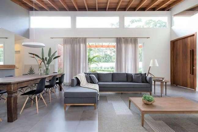 7. Sofá cinza de canto para decoração de sala de estar e jantar integrada grande – Foto: Integra Studio Arquitetura