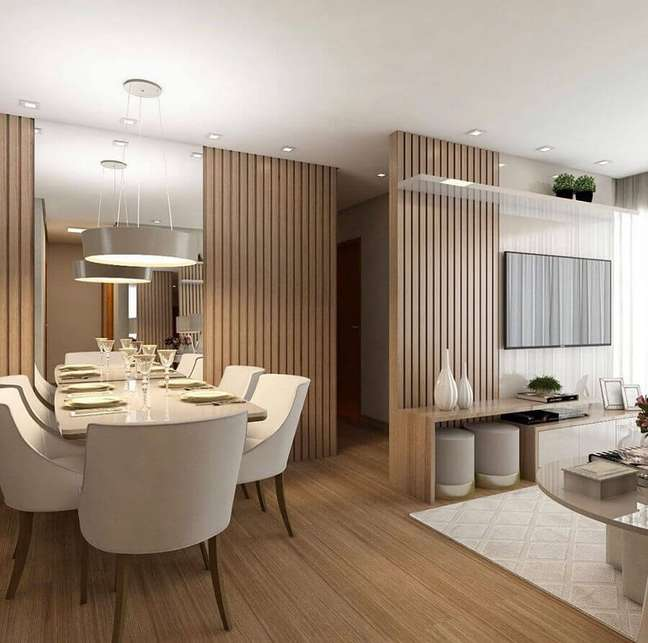 25. Decoração de sala de jantar e estar integradas com painel ripado de madeira e parede espelhada – Foto: Decor Fácil