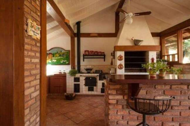 21. Parede de tijolinho aparente decora a edícula com churrasqueira simples. Fonte: PM Arquitetura
