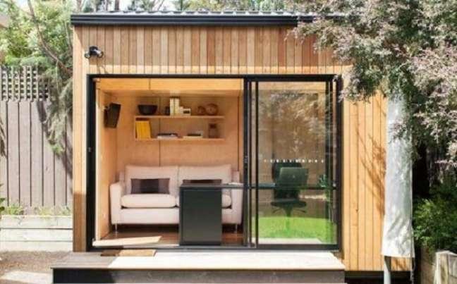 9. Projeto de edícula simples se tornou o local perfeito para acomodar o home office. Fonte: Decor Fácil