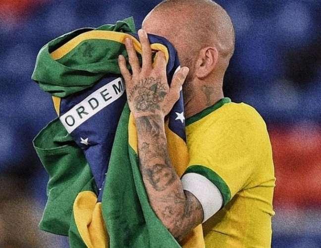 Daniel Alves recebeu uma enxurrada de críticas por apoiar ato a favor de Jair Bolsonaro