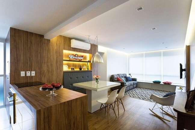 41. Mesa branca para decoração de sala de estar e jantar integrada – Foto: Romanzza Planejados