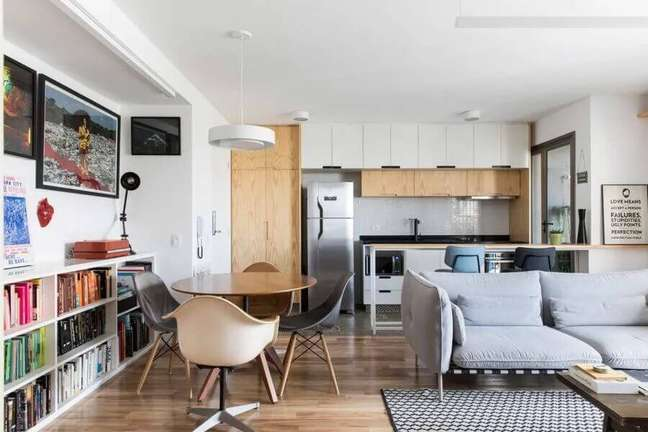 19. Decoração de sala de estar e jantar integrada com mesa redonda pequena e sofá cinza moderno – Foto: Iná Arquitetura