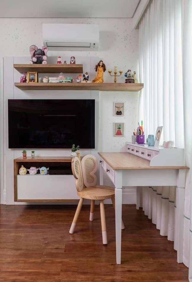 1. A escrivaninha e a cadeira personalizada completam a decoração do cantinho de estudo. Projeto de Marta Calasans