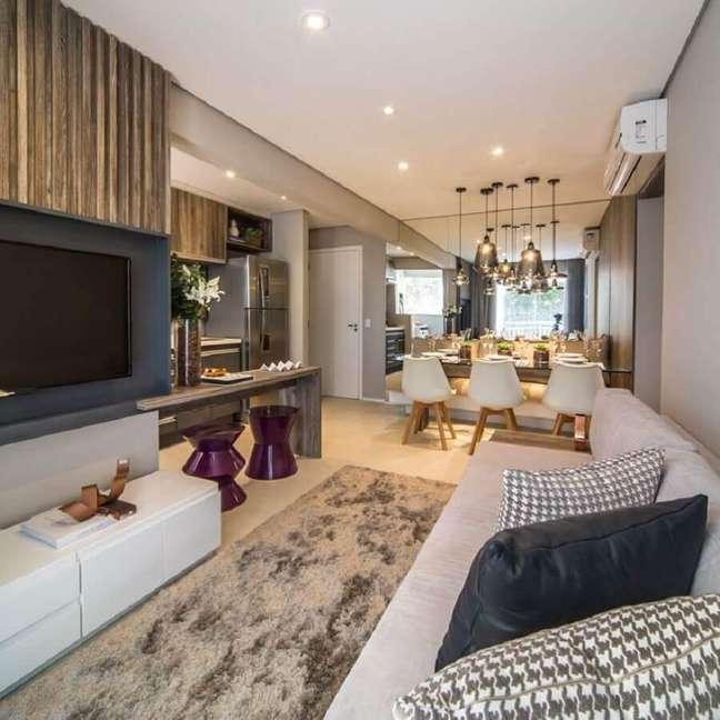 28. Decoração moderna de sala de estar e jantar integradas pequenas com parede espelhada e tapete felpudo – Foto: Home Fashion Trend