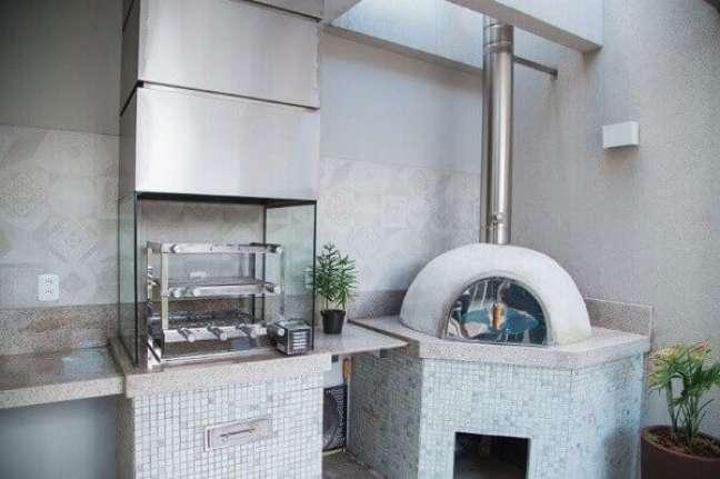 44. Churrasqueira de vidro instalada ao lado do forno de pizza. Fonte: Sanfer