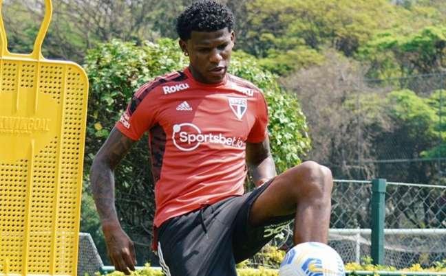 Arboleda fez exercícios com bola durante recuperação (Foto: Erico Leonan / saopaulofc)