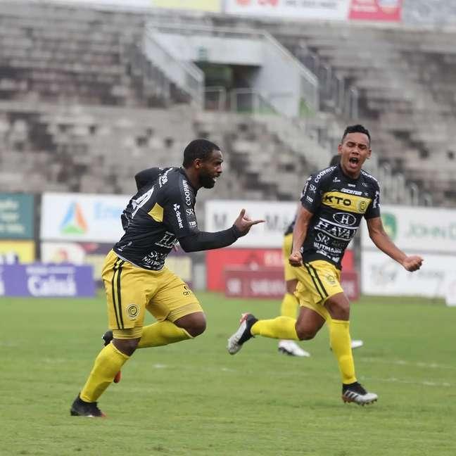 Jogadores do Cascavel comemoram gol na vitória de virada sobre o Athletico-PR