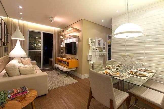 54. Sala de estar e jantar integradas pequenas decoradas em cores claras com revestimento 3D – Foto: Habitissimo