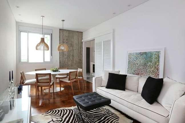 56. Sala de jantar e estar integradas decoradas com mesa redonda e sofá branco – Foto: Archduo Arquitetura