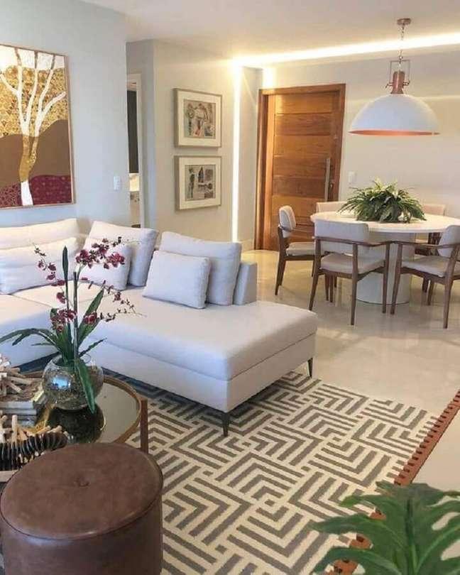 36. Cores claras para decoração de sala de estar e jantar integrada com luminária redonda e sofá de canto – Foto: Thais Abreu Arquiteta