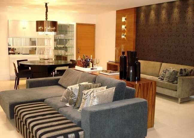 3. Decoração de sala de estar e jantar integrada com mesa redonda de madeira e sofá cinza – Foto: CS Projetos Decoração de Interiores