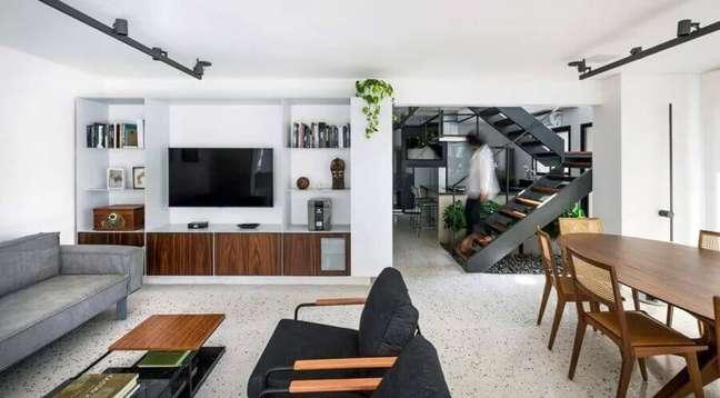 1. Casa conceito aberto decorada com mesa de madeira para sala de estar e jantar integradas modernas – Foto: Coa Associados