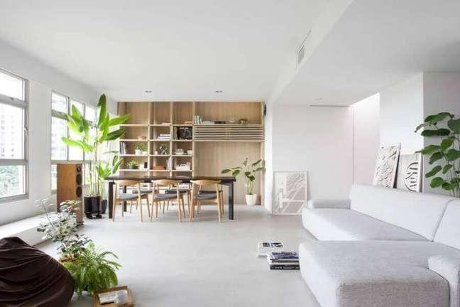 13. Decoração clean para sala de estar e jantar integrada com vaso de planta no chão – Foto: Nitton Architects