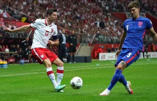 Lewandoski em ação contra a Inglaterra (Foto: JANEK SKARZYNSKI / AFP)