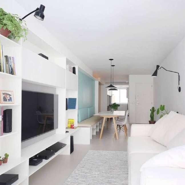 5. Decoração clean para casa pequena branca com parede azul pastel – Foto: CIAA