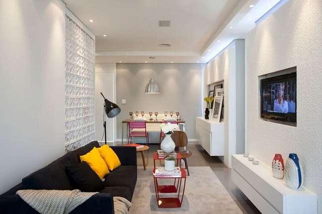 31. Decoração simples para sala de estar e jantar integrada com sofá preto e parede de cobogó – Foto: José Ricardo Basiches