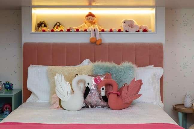 3. As almofadas infantis se destacam sobre a cama. Projeto de Marta Calasans
